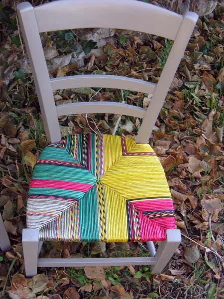 Grâce à tous ces brins de couleurs je peux personnaliser chaque chaise en fonction du goût de chacun et donc la rendre unique